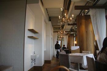 横浜みなとみらいにあるカフェレストラン「24/7」の店内