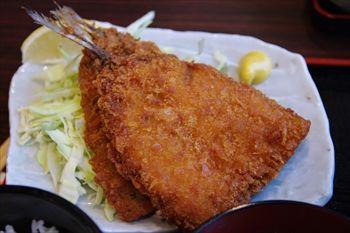 新横浜にある唐揚げ食べ放題の居酒屋「魚鶏屋」のランチ