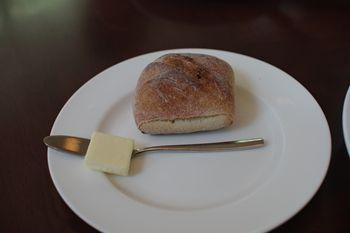 横浜にあるレストラン「ジンジャーズ ビーチ」のパン