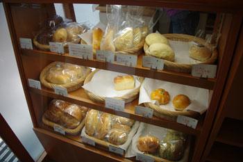 横浜たまプラーザにあるパン屋「ひと粒の麦」の店内