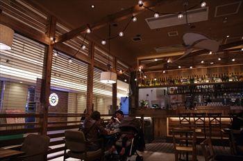 横浜みなとみらいのカフェダイニング「マノ・キッチンカフェ」の店内