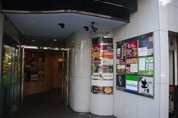 横浜西口のカフェ「カワラカフェ&ダイニング プラス」の入り口