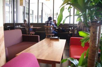 ららぽーと横浜にあるカフェ「猿カフェ」の店内