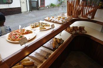 鎌倉にあるパン屋「鎌倉 利々庵(りりあん)」の店内