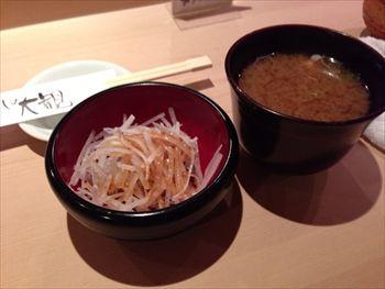新横浜にある寿司屋「すしの大観」のサラダと味噌汁