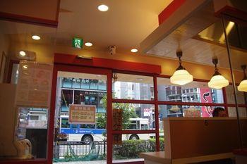 横浜西口にあるラーメン店「ゴル麺」の店内