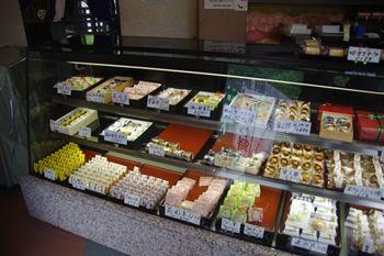横浜大倉山にある和菓子屋さん「御菓子司 わかば」の店内
