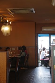 横浜センター南の自然食レストラン「ワイルドライス」の店内