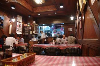 横浜菊名にある洋食屋さん「サンロード」の店内