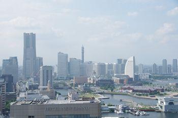 横浜マリンタワーの展望台から見たみなとみらい方面