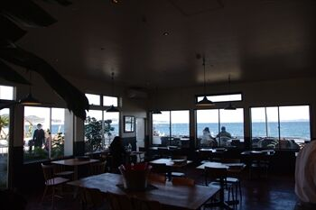 三浦にあるフレンチレストラン「ビーチエンドカフェ」の店内