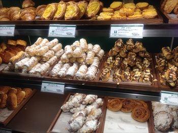 渋谷にあるパン屋「ドゥ マゴ ベーカリー」の店内
