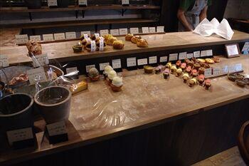 横浜元町にあるパン屋「オートウー」の店内