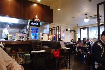 横浜日吉にある洋食屋「プクプク亭」の店内