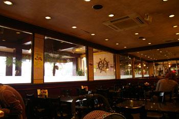 横浜都筑区にある洋食レストラン「カフェプラザ オークラ」の店内