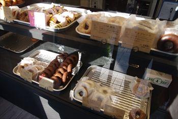 横浜大倉山にあるドーナツ専門店「フロレスタ」の店内