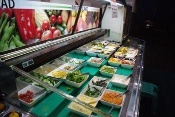 川崎駅にある焼き肉店「あみやき亭」のサラダバー
