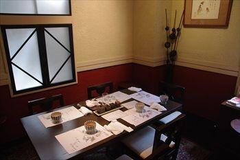 横浜関内にある鰻料理専門店「割烹蒲焼八十八」の店内