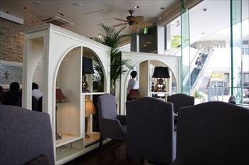 横浜ベイクォーターのレストラン「サンスコロニアルビーチ」の店内