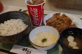 横浜センター北にある豚丼のお店「豚郎」のロース定食