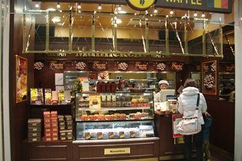 新横浜にあるベルギーワッフルのお店「マネケン」の店頭