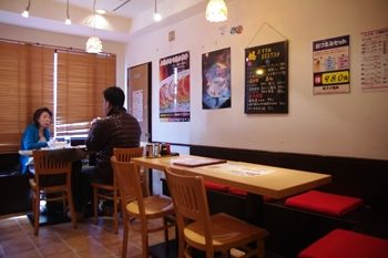 横浜大倉山にある中華料理店「餃子の福来」の店内