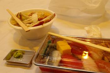 横浜南部市場まつりのお寿司とカニ汁