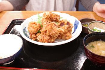 横浜コレットマーレにあるレストラン「海ぶん鍋ぶん」の唐揚げ