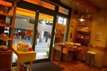 洋菓子店「ルカフェ・プチガトー妙蓮寺店」の店内