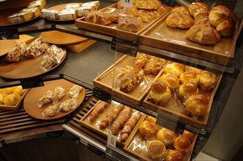 CIAL横浜にあるパン屋「トムキャットベーカリー」の店内