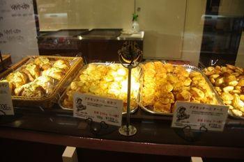 キュービックプラザ新横浜にあるパン屋「ちょいクロ」の店頭