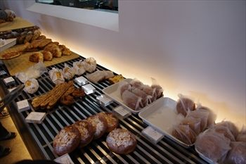 横浜元町にあるパン屋さん「ブラフベーカリー」の店内