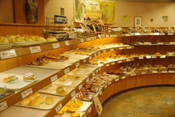 横浜関内にあるパン屋「レェ・グラヌーズ」の店内
