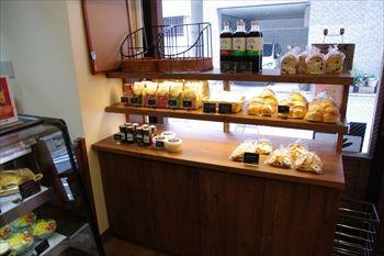 横浜阪東橋にあるパン屋「ラパン」の店内