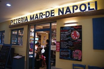 新横浜にあるイタリアンレストラン「マルデナポリ」の外観