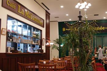 新横浜ラントラクトにあるカフェ&バー「ラ・メゾネ」の店内