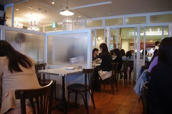 横浜ルミネにあるカフェ「バルバラ・ア・ターブル」の店内