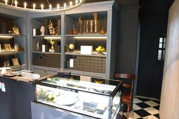 横浜日本大通りにあるチーズケーキ専門店「ハグフラワー」の店内