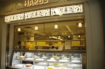 横浜みなとみらいにあるケーキショップ「ハーブス」の外観