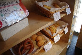 横浜仲町台にあるレストラン「アンファンス」のパン売り場