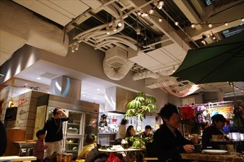 横浜みなとみらいにあるカフェ「キャンプコーヒー」の店内