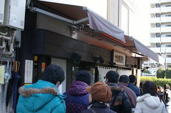 横浜神奈川新町にあるつけ麺店「大勝軒」の行列