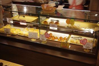 横浜中華街にある中華菓子のお店「ソーハッピーベーカリー」の店内