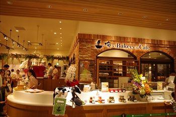 川崎にあるパン屋「俺のBakery&Cafe」の外観