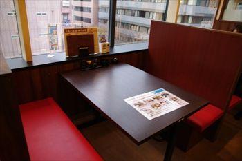 新横浜にある唐揚げ食べ放題の居酒屋「魚鶏屋」の店内