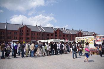 横浜赤レンガ倉庫の「カレー博覧会2010」の行列