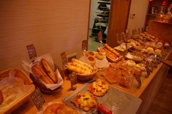 横浜センター南にあるパン屋「ブーランジェリー ルゼル」の店内