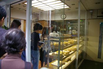 横浜元町の老舗パン屋「昭和ベーカリー」の店内