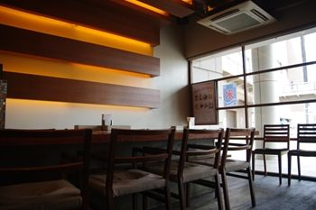 横浜東神奈川にあるダイニングバー「KUBOTA食堂」の店内