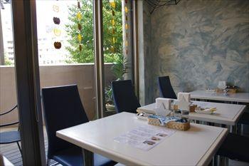 横浜元町・中華街にあるカフェ「レイジー スターフィッシュ」の店内